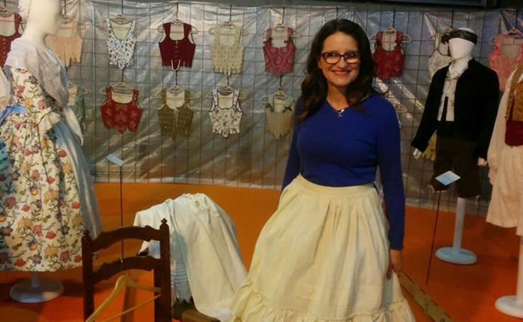 Fotos de Mónica Oltra con incumentaria fallera en la feria Fiesta y Boda 2017