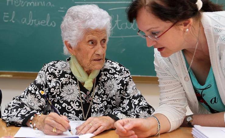 Fotos de Julia, la centenaria mujer de Jarafuel (Valencia) que vuelve a la escuela tras dejarla con ocho años
