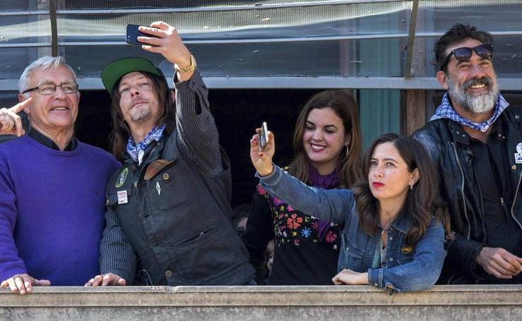 Fotos de la visita de los actores de Daryl y Negan, de 'Walking Dead', a Valencia en Fallas