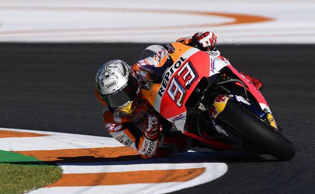 Márquez se cae y Dovizioso rueda más rápido