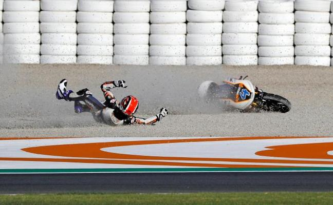 Joan Mir se va por los suelos en los entrenamientos libres de Moto 3 en Cheste