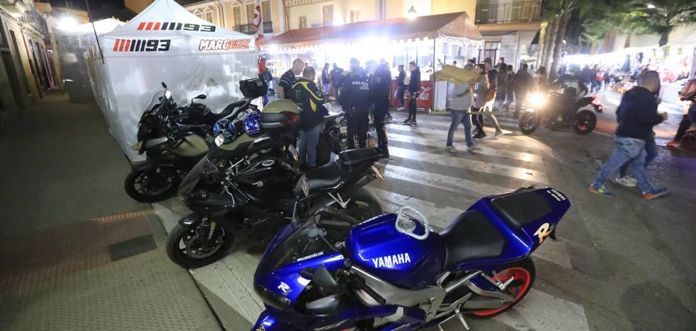 Miles de personas disfrutan en las calles de Cheste de la fiesta de las motos