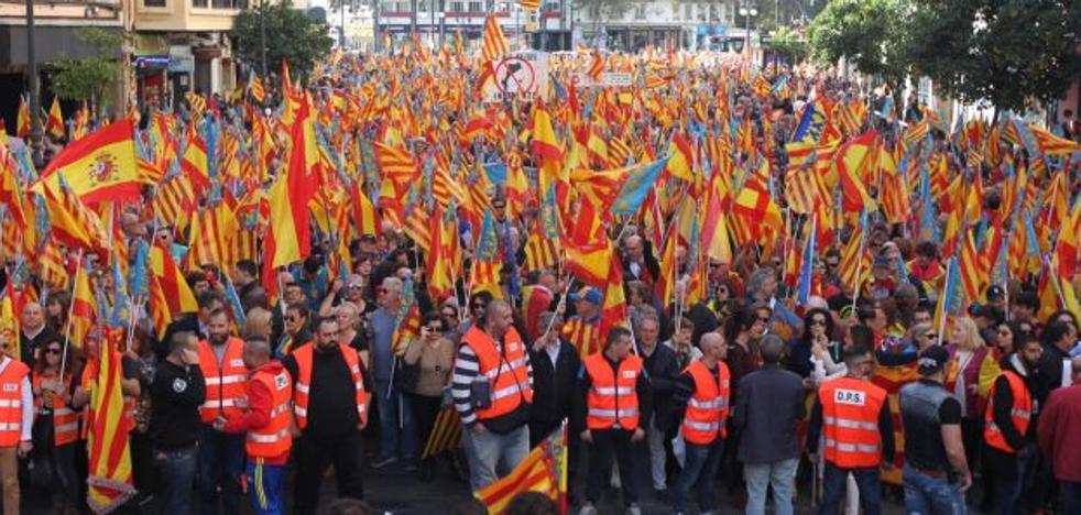 Miles de personas participan en la manifestación contra los països catalans en Valencia