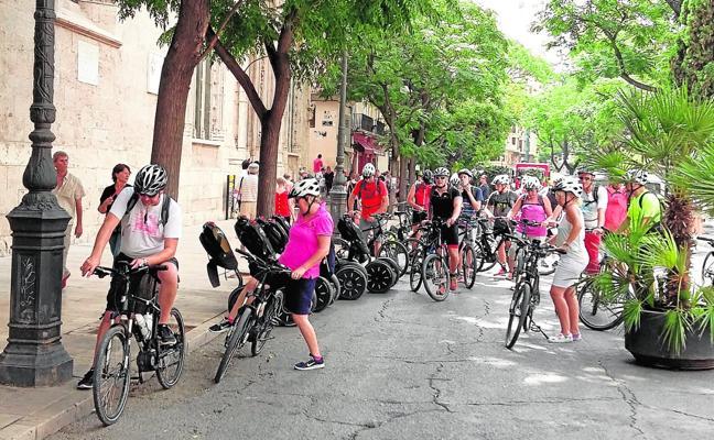 Las multas a automovilistas se disparan en Valencia mientras se reducen las de ciclistas