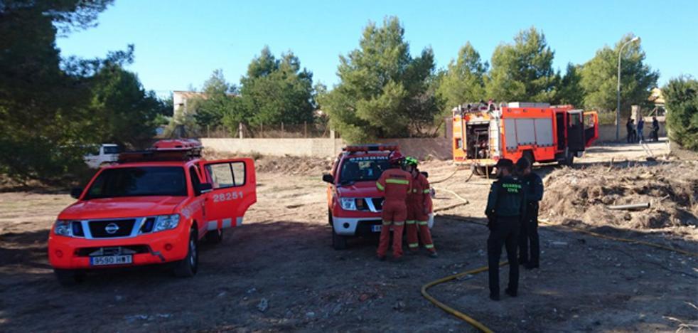 Varios chalés desalojados por un incendio en Riba-roja