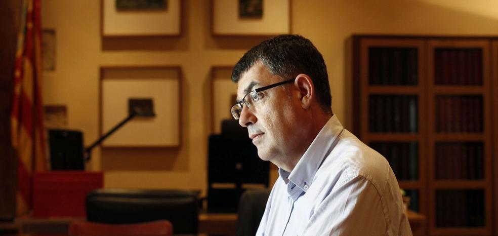 Enric Morera gasta 4.500 euros en luces de su despacho para salir mejor en televisión
