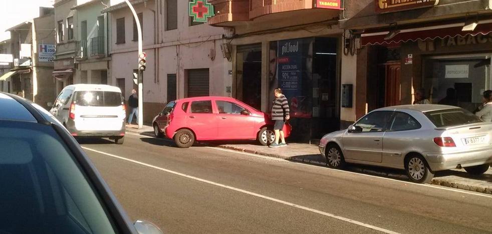 Un camión arrolla un turismo aparcado en la N-332 en Oliva