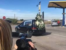 Despiden a la niña asesinada por su padre en Alzira en un funeral íntimo