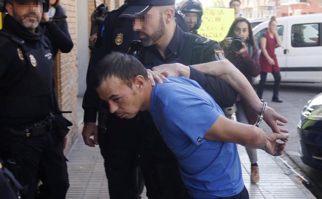 El hombre acusado de degollar a su hija de dos años en Alzira ingresa en prisión