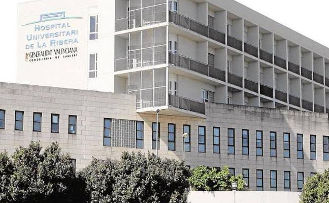 El Hospital de La Ribera anuncia una inversión millonaria en plena polémica por la reversión