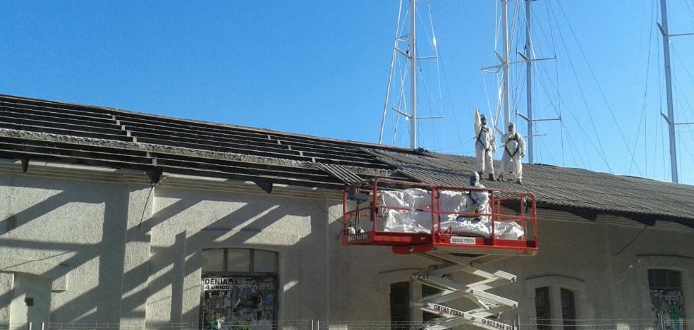 Una empresa especializada retira la uralita del tejado de la antigua lonja de Dénia
