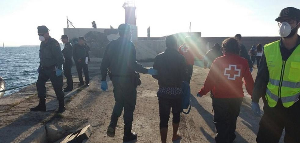 Llegan dos pateras a Torrevieja con 21 personas a bordo