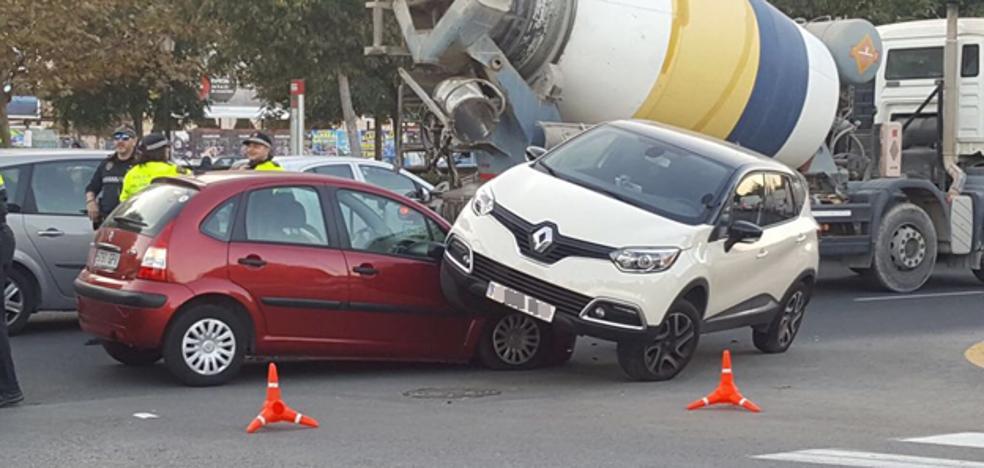 Un coche acaba empotrado encima de otro tras un accidente en la avenida Tres Cruces de Valencia