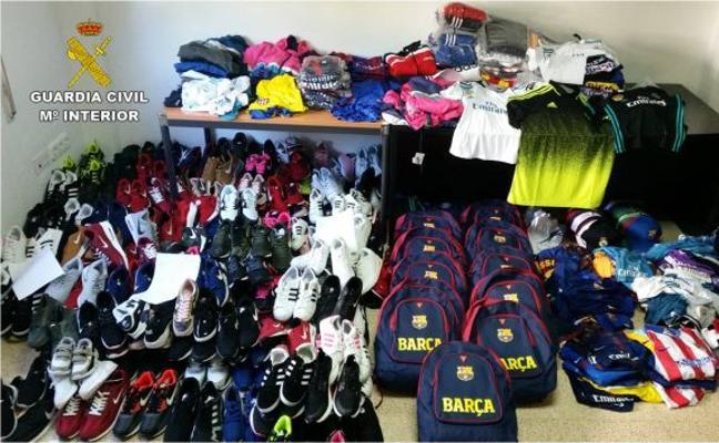 La Guardia Civil incauta prendas deportivas falsificadas en el mercadillo de Dénia por valor de 30.000 euros