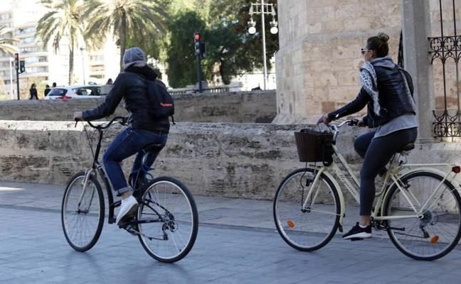 Grezzi pregunta si la prioridad en las aceras ha de ser para los ciclistas