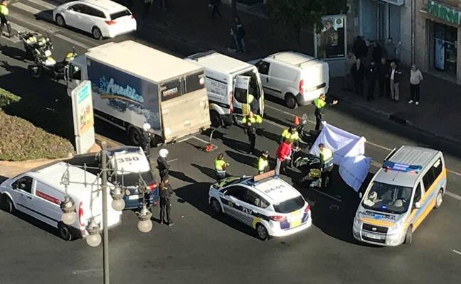 Un ciclista muere en el cruce de Fernando el Católico con Ángel Guimerá tras sufrir un accidente con un camión