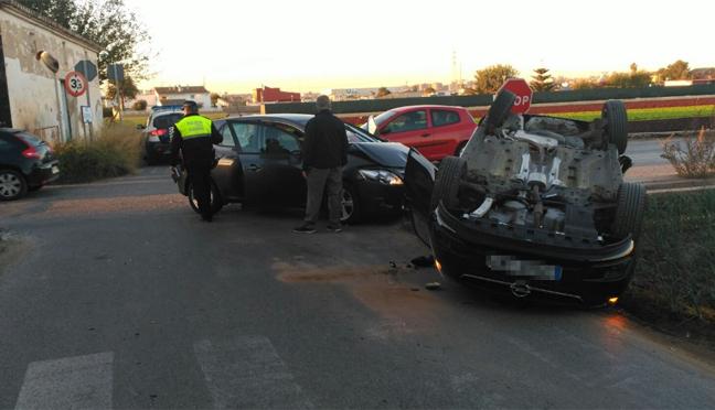 Fotos del coche volcado en un accidente en Alboraya
