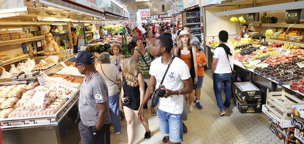 El Mercado Central quiere prohibir la entrada de turistas en bañador y chanclas