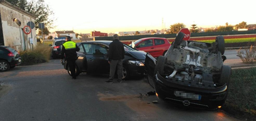 Un coche vuelca en un accidente en Alboraya