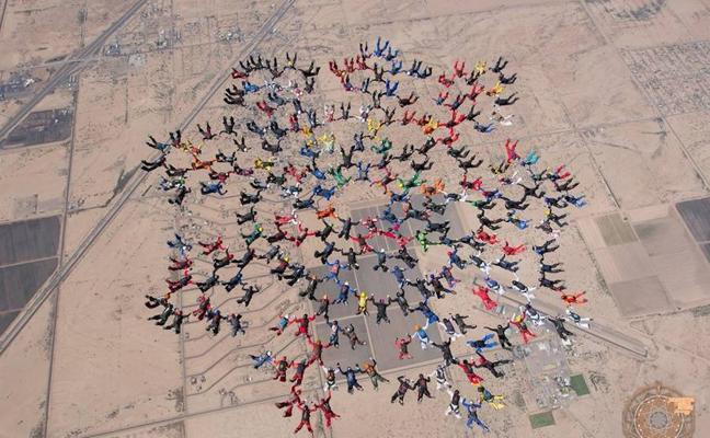 Un impresionante vídeo muestra a 217 personas batiendo un récord de paracaidismo