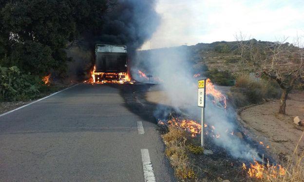 Un camión en llamas obliga a cortar la carretera CV-130