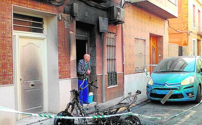 Arde una moto y afecta a la fachada de una casa