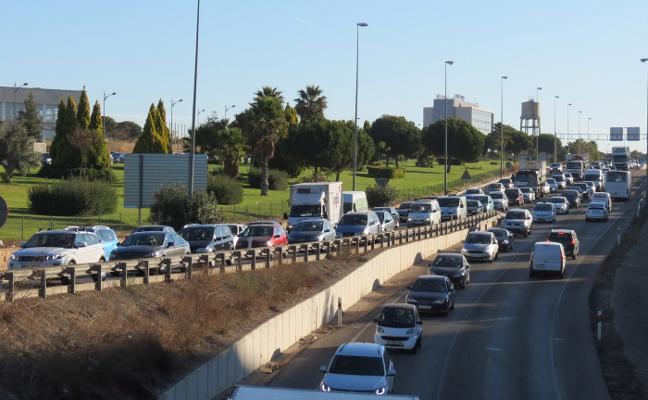 Atascos diarios frenan la actividad de más de 30 firmas de transporte y logística de Paterna