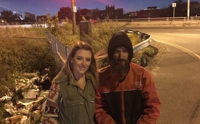 Una joven recauda 225.000 dólares para un sin techo que la ayudó cuando se quedó sin gasolina