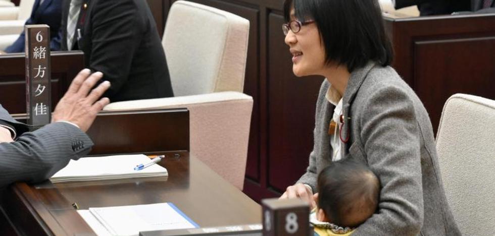 Una concejala japonesa es obligada a abandonar un pleno por ir con su bebé
