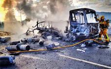 Un camión de butano se incendia en Aspe y explotan varias bombonas