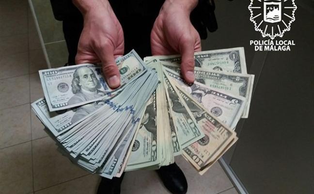 Un ciudadano entrega un bolso perdido por una turista con más de 6.000 dólares