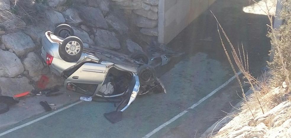 Herido un conductor al caer con su coche a un carril bici