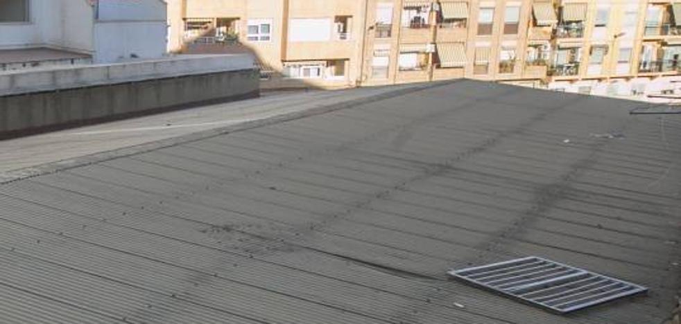 Un joven cae desde un tercer piso cuando la policía entraba en su casa