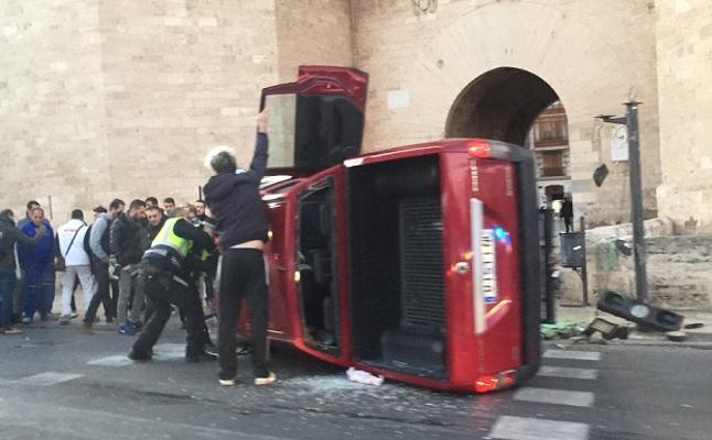 Un coche atropella a dos peatones en las Torres de Serranos
