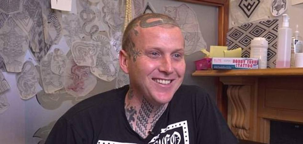 Expulsan a un hombre de un restaurante debido a sus tatuajes: «Parecía un neo-nazi»