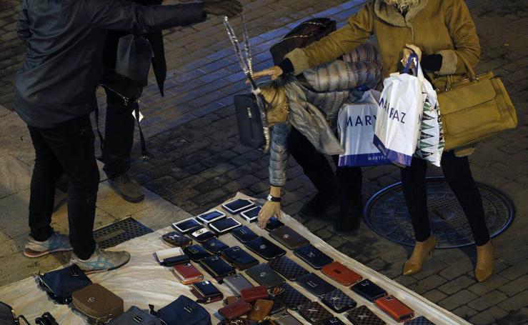 Fotos de las ventas de manteros en el centro de Valencia