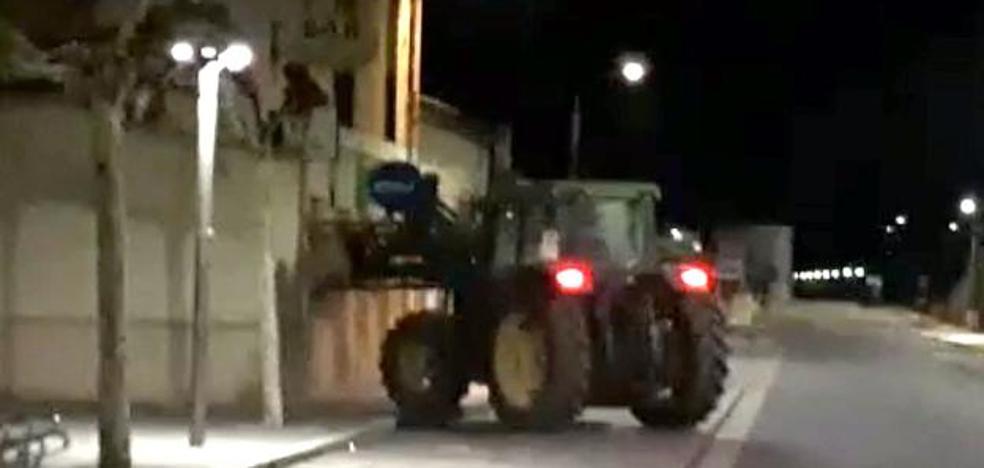 Destroza con su tractor la puerta de un bar