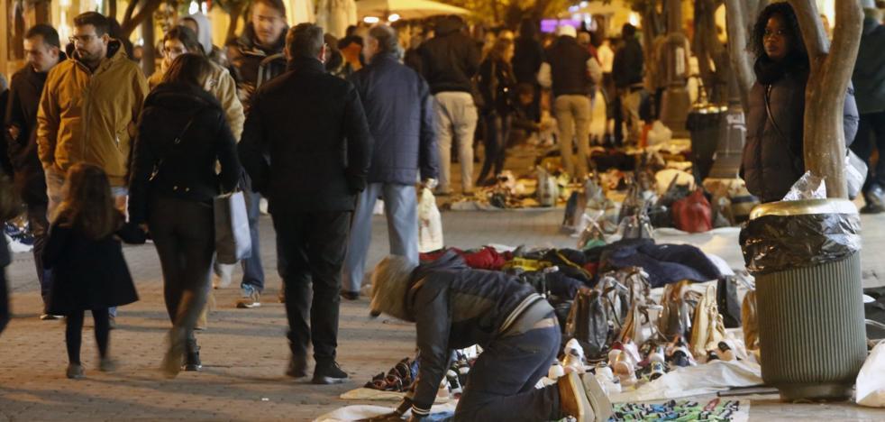 Comerciantes proponen una brigada policial permanente contra manteros en Valencia