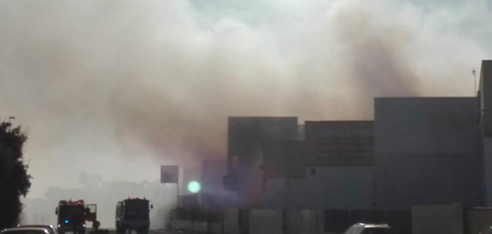 Un incendio calcina una empresa de patinetes y afecta a otras dos en L'Alqueria de la Comtessa