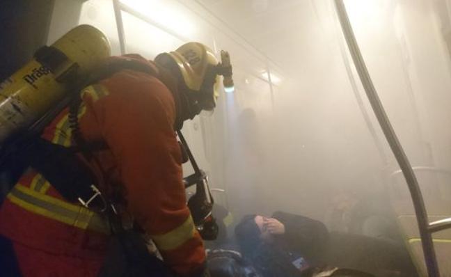 Así se trabaja en el incendio de un tren de Metrovalencia