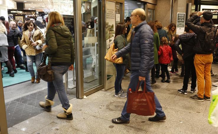 Fotos de compras navideñas en el centro de Valencia en el inicio de puente de la Constitución