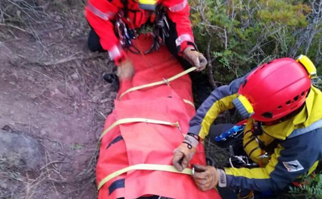 Un hombre pasa 12 horas al raso y de noche tras caer practicando colombicultura
