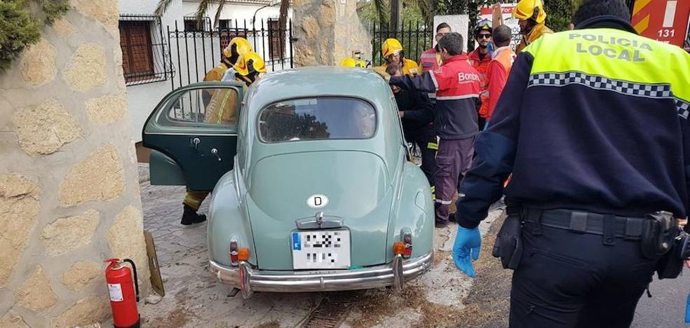 Un conductor empotra un coche de época contra un muro en Xàbia