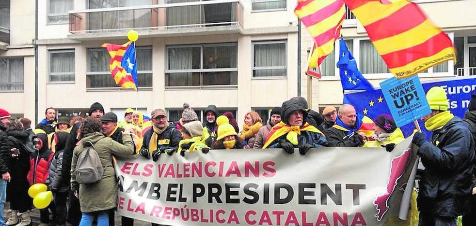 Una diputada y un asesor exparlamentario de Compromís acuden a la marcha separatista en apoyo a Puigdemont