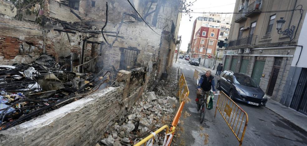 Un incendio destruye una vivienda ocupada de forma ilegal en la calle Escalante
