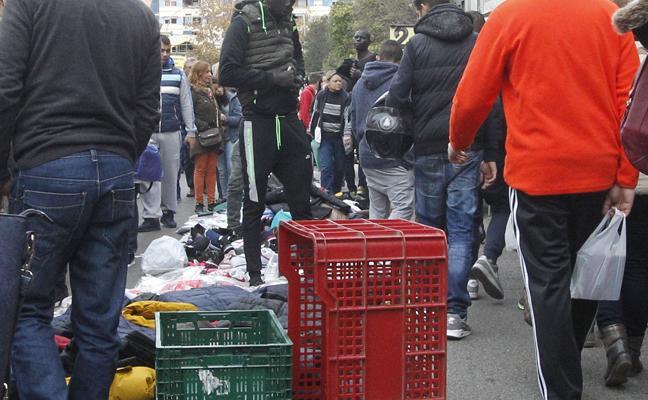 Los mercadillos colocan obstáculos para quitar espacio a los manteros