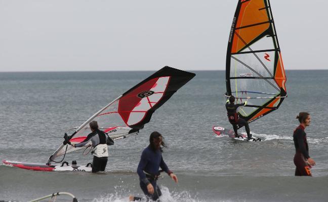 El fuerte viento complica la circulación y los vuelos en la operación retorno