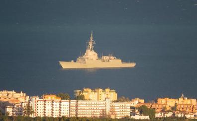 Una fragata de la Armada se refugia del temporal en aguas de Xàbia