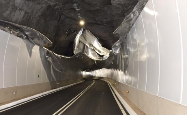 Una entrada de viento destroza la cubierta del nuevo túnel de Cortes de Pallás