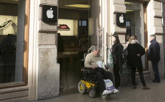Unos ladrones saquean la tienda de Apple en Valencia tras romper la puerta de entrada